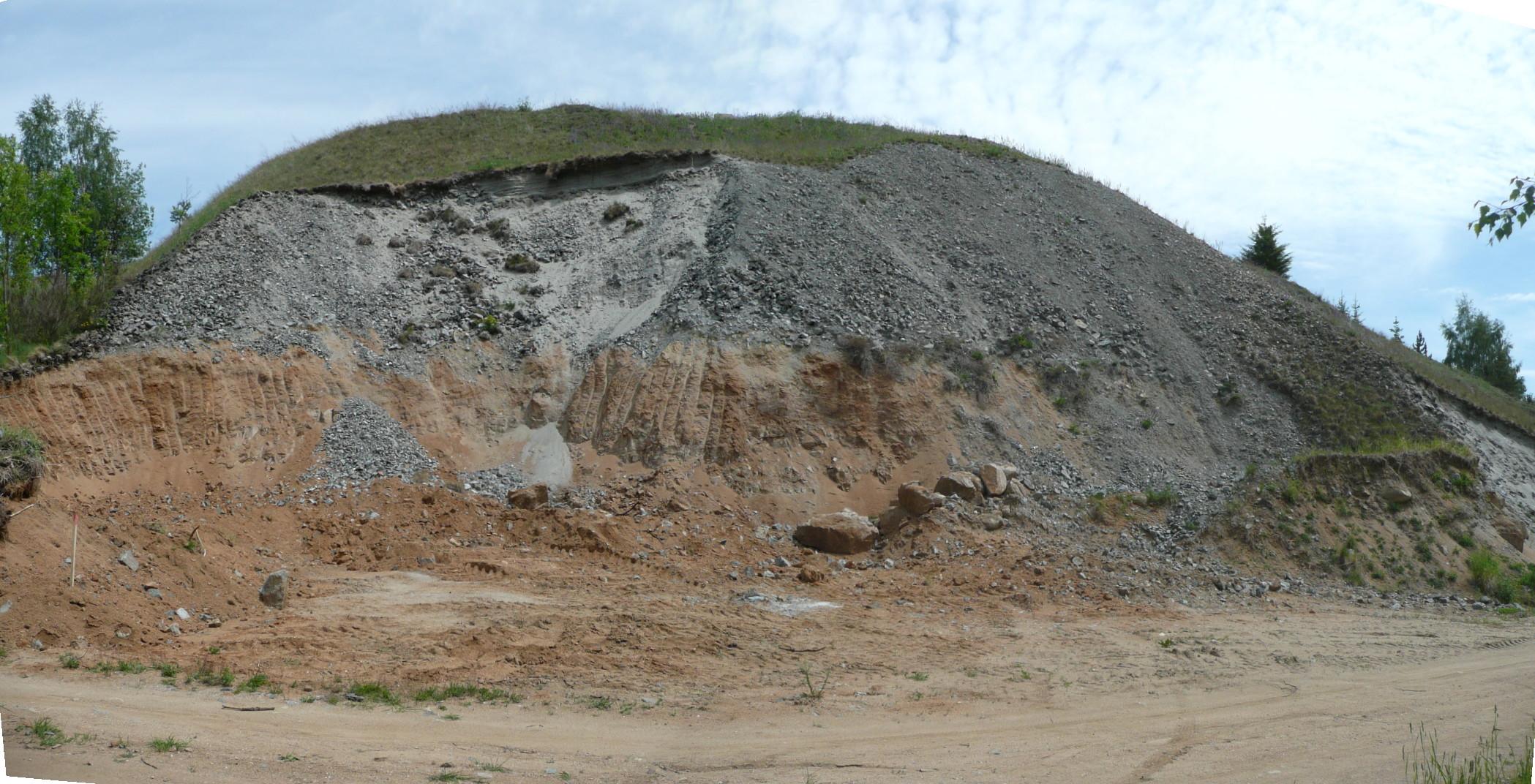 Odkrytá haldovina v západním svahu odvalu dolu Emanuel v Milešově (okres Příbram).