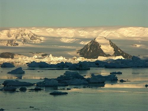 Antarktický poloostrov nad ránem.