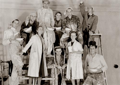 Pracovníci Státního geologického ústavu při malování chemických laboratoří (1949)