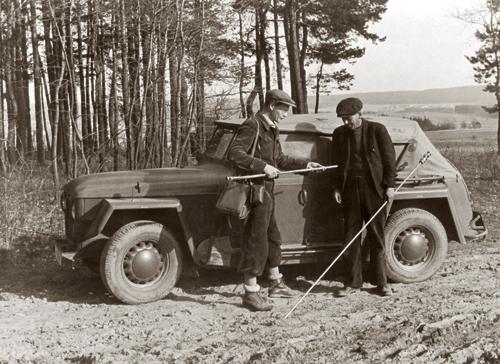 Pracovníci Ústředního ústavu geologického R.Hylský a F.Kohout při sondování