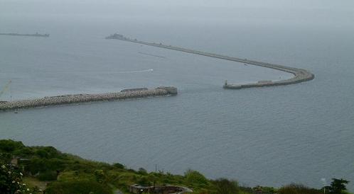 Ukázka pevného vlnolamu spojeného jednou částí k pobřeží